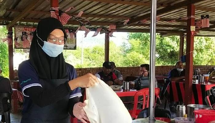 Anak M. Nasir Tidak Kisah Menebar Roti Canai Walau Ada Diploma